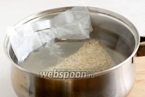 Перловку отварим  прямо в пакетике в подсоленой воде до готовности.