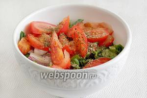 Нарезаные овощи выложим в одну ёмкость, присыпем травами, чтобы они напитались соками друг друга.