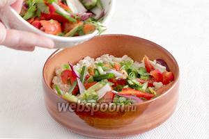Тарелку для салата натрём зубчиком чеснока. Выложим перловку, а сверху все овощи. Не забудьте добавить оливки.