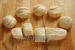 Достаем наше тесто разделяем его на 2 части, каждую катаем в колбаску и каждую делим на 5 частей и в сумме имеем 10 шариков.