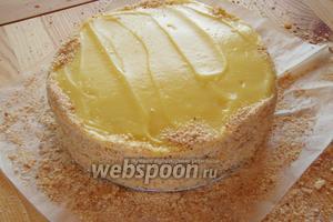 Обрезки от коржей измельчаем в крошку и обсыпаем ими бока торта.