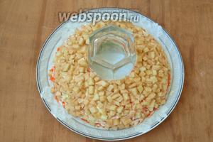 Затем выложить поверх моркови яблоко, также смазать майонезом.