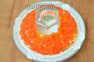 Поверх белков выложить морковь.
