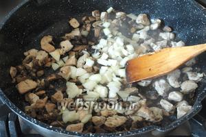 Оставшееся масло растопить и обжарить в нём курицу и грибы, затем добавить нарезанный лук. Посолить и поперчить по вкусу.