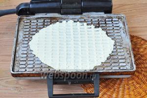 Разогреть электровафельницу и жарить вафли до золотистого цвета.