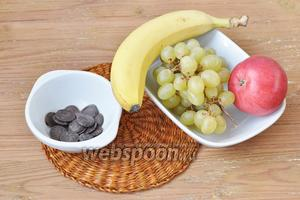 Для фруктового салата приготовим фрукты.