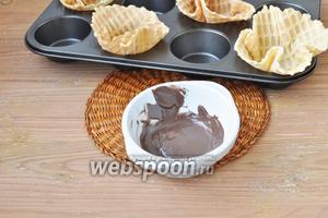 Шоколадную глазурь растопить в микроволновой печи.
