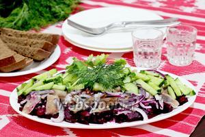 Свекольно-селёдочный салат под лимонно-хреновым соусом
