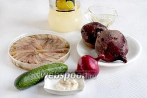 Для приготовления салата возьмём филе сельди в масле, отварную свеклу, фиолетовый лук, свежий огурец, лимонный сок, растительное масло, хрен домашний.