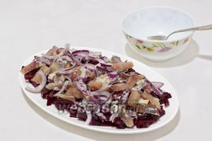 Сверху выложить селёдку с луком и полить оставшимся соусом.