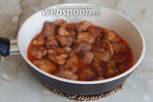 Выкладываем мясные кусочку в соус и тушим на маленьком огне минут 10.