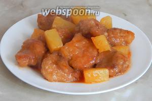 Подаём свинину с ананасами в кисло-сладком соусе горячей. Это очень вкусно! Мои дети вначале стрескали кусочки ананасов, а потом скушали мясо — оно было нежным и сочным. Но помните: мягкость зависит от вида мяса.