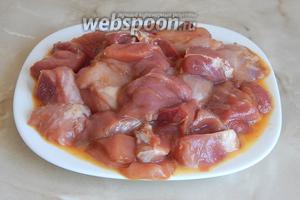 Теперь полностью обмакиваем мясные кусочки в курином яйце, которое предварительно поболтаем вилкой.