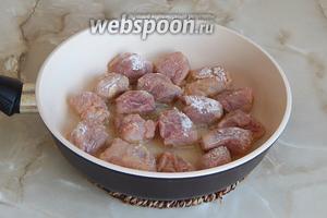 Разогреваем масло в сковороде и обжариваем мясо со всех сторон до румяной корочки на огне выше среднего. Жарим не долго — минут 15.