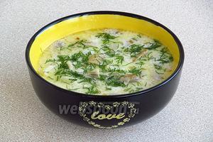 При подаче нужно посыпать суп измельчённой зеленью укропа.