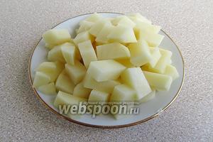 Картофелину очистить и нарезать мелкими кубиками.
