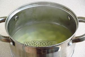 Воду довести до кипения, посолить по вкусу, положить в неё кубики картофеля и отварить до мягкости.