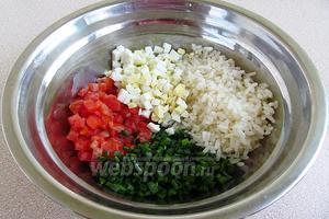 В миске соединить рис, филе лосося, лук и яйцо.