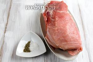 Для кручеников лучше взять свиную мякоть — вырезку, соль, перец свежемолотый. Немного подморозить кусок мяса, чтобы легче было нарезать тонкими пластами.