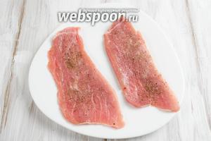 Куски мяса посолить и поперчить.
