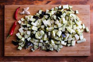 Пока варится похлебка порубите баклажаны на кусочки размером в 2 см. Порубите чеснок и перчик чили.