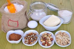 Для коржиков приготовим яйцо, масло, орехи, какао, муку цельнозерновую и пшеничную, разрыхлитель.