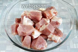 Сложить мясо в кастрюлю.