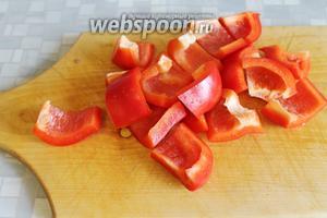Крупно порезать сладкий перец.