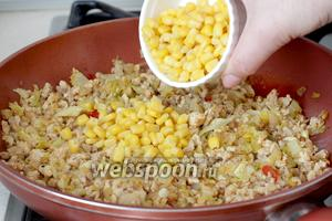 В готовый фарш добавить консервированную кукурузу. Перемешать, начинка для энчилады готова.