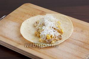 На кукурузную лепёшку выложить начинку, посыпать сыром.