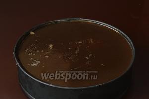 Залить подготовленное желе на творожный слой и поставить в холодильник до полного застывания желе.
