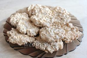 Перед снятием печенья с бумаги желательно дать им немного остыть. Приятного аппетита!