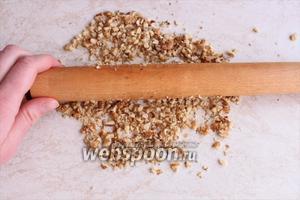 Измельчите грецкие орехи любым доступным вам способом. Я сделала это скалкой, чтобы орех лучше чувствовался.