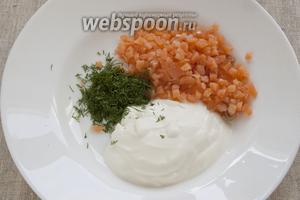 Пока запекается картофель следует приготовить соус — мелко нарезать рыбу, соединить с чистым измельчённым укропом и сметаной.