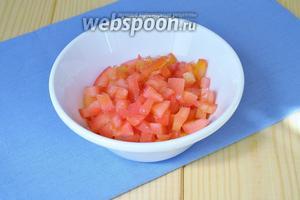 У помидор вынуть мякоть и нарезать только стенки.