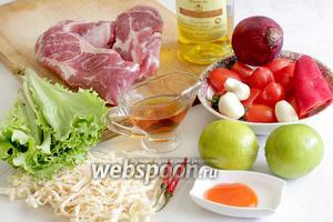 Для тайского салата возьмём мясо говядины или свинины, зелёный салат, масло кунжутное и обычное, лук фиолетовый, помидоры (черри или обычные), чеснок, соус рыбный, соус чили сладкий, кальмары сушёные, перец чили сухой, два маленьких лайма.