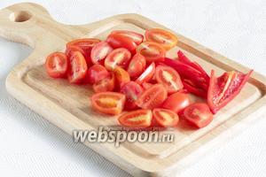 Для подачи нарезать помидоры. Я взяла ещё маленький кусочек дунганского перчика, просто для яркости и красоты. Это не обязательно.