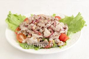 На листьях салата разложить помидоры и мясо с маринадом.