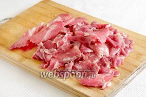 Мясо подморозить и нарезать очень тонкими пластинками, почти прозрачными. У меня они ещё и мелкие получились.