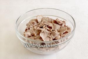 Сложить всё мясо в одну миску.