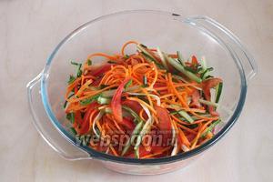 Нарежьте очищенный от семян помидор, кожицу от огурца и сладкий перец тонкой соломкой. Порубите чили без семян, нарежьте зелёный лук и натрите морковь на тёрке для корейской моркови.