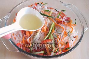 Удалите чеснок и лук, а маслом залейте салат. Перемешайте. Теперь небольшой нюанс. В корейские салаты почти всегда добавляют аджиномото — глутамат натрия, я его не использую. Вы можете добавить его по вкусу, если есть желание, а можете приправить салат рыбным или крепким натуральным соевым соусом, которые также сработают в качестве усилителей вкуса.