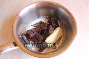Для глазури смешаем шоколад, сливки и масло. Поставим на огонь. Когда сливки нагреются и масло растопится, хорошо перемешаем шоколад. И польём остывший кекс.