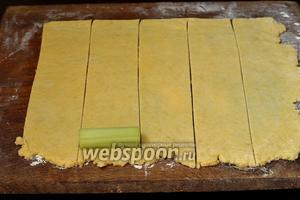 Тесто раскатать толщиной 2 миллиметра и порезать на полоски шириной 7 сантиметров.