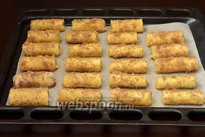 Выложить подготовленные трубочки в форму для выпечки, выложенную кулинарной бумагой.