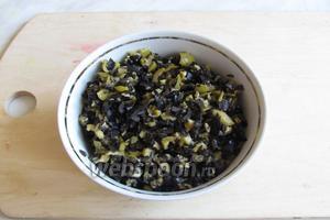 Оливки и маслины мелко порубить.