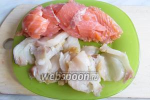Оба вида филе тонко порезать очень острым ножом, рыба должна быть хорошего качества, чтобы не разваливалась в процессе резки. Полить лимонным соком.