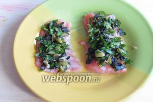 На тарелку выложить кусочки красной рыбы, сверху около чайной ложки начинки.