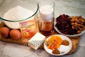 Для приготовления бискотти с клюквой, миндалём, пряностями и Амаретто нам понадобятся: мука пшеничная, холодное сливочное масло, яйца куриные, сахар, разрыхлитель, вяленая клюква, миндаль, апельсиновая цедра, мускатный орех, корица, ванилин, соль, ликёр Амаретто.
