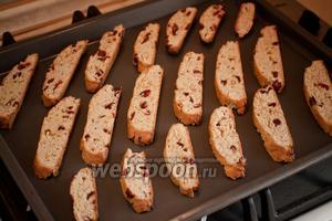 Выложить на противни печенье (у меня получается на два). Противни уже смазывать ничем не нужно и бумагой застилать необязательно. Температуру в духовке слегка уменьшить и подсушить наши печенья ещё 5-10 минут до золотистого цвета.
